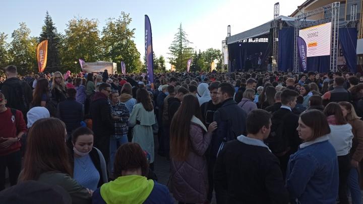 В Архангельске рядом драмтеатром собралось огромное количество зрителей, чтобы послушать «Любимку»