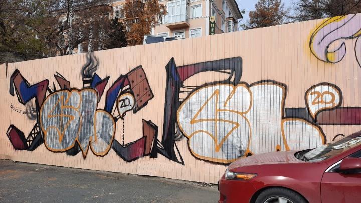 Новые граффити в центре Омска на тему выбросов закрасили за ночь другим рисунком