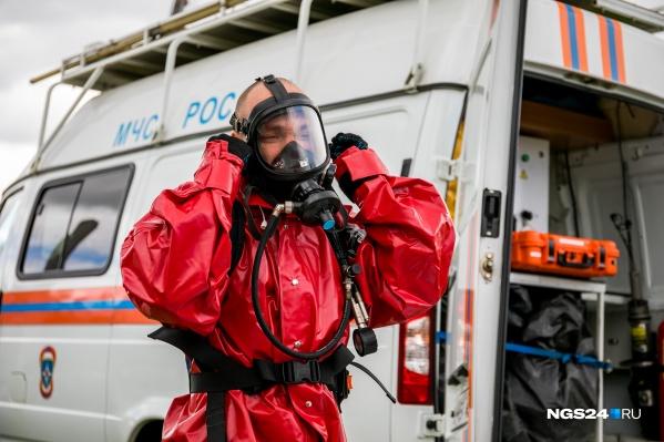 Спасатели отрабатывают ликвидацию утечки ядовитого вещества. Чтобы не отравиться, защитные костюмы обязательны