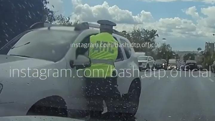 В Уфе лишенный прав водитель провез на двери сотрудника ГИБДД, момент попал на видео