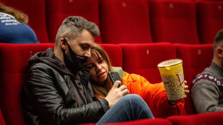 Кинотеатры открылись после полугодового простоя. Как это было — ночной репортаж из «Победы»