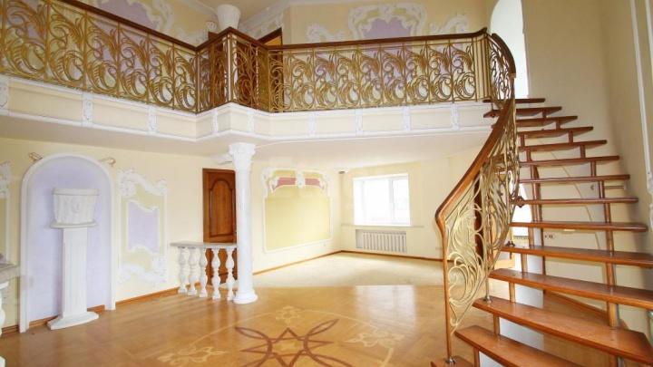 Двухэтажная квартира в стиле рококо за 11 млн в Тюмени: лепнина, небесный потолок и фонтан (фонтан!)