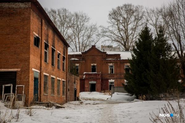 В перспективе старые казармы, столовые и прочие здания военного городка должны составить туристический кластер с музеями