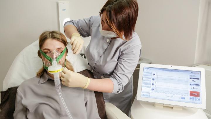 В Омск привезли инновационный аппарат для реабилитации после коронавируса