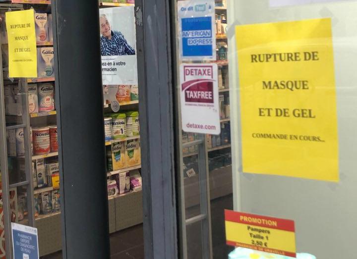 «Временно нет масок и геля» — объявление на дверях аптеки