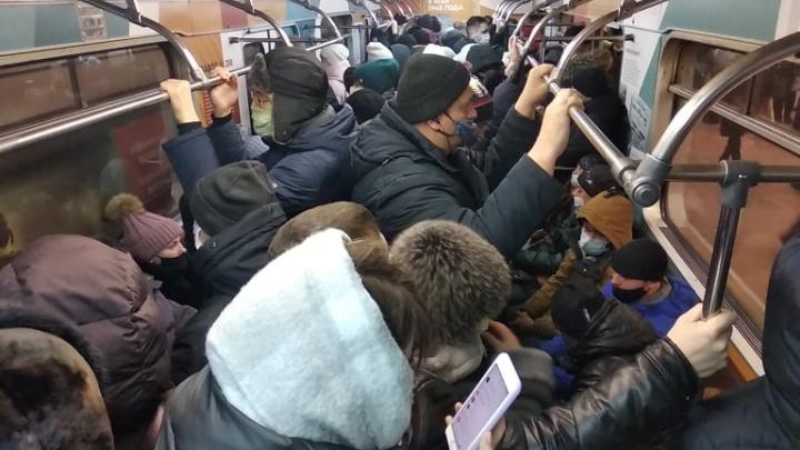 Давка в метро и автобусах — толпы новосибирцев попали в толкучку в общественном транспорте