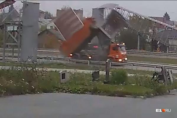Водитель самосвала почему-то ехал с поднятым кузовом