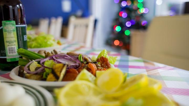 «Сельдь под шубой — это сахарная бомба»: диетологи рассказали, как не потолстеть после праздников