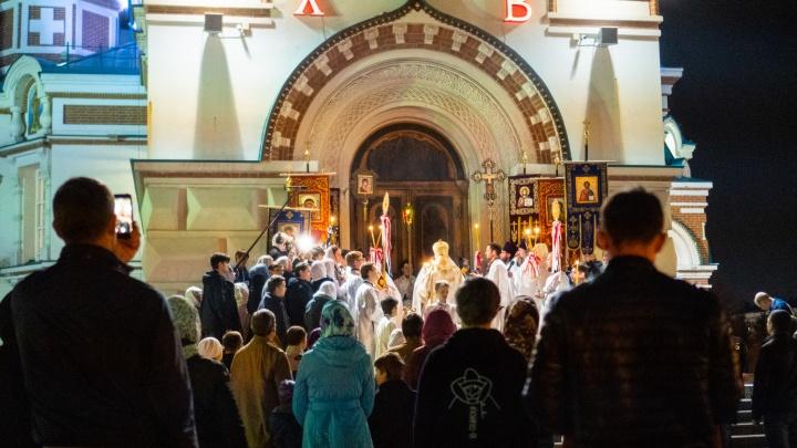 Прихожане в масках: как прошла пасхальная ночь в главном омском соборе
