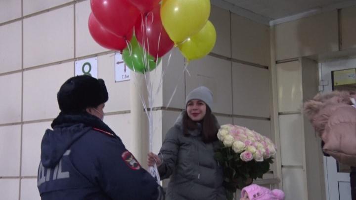 Встретили с подарками и воздушными шарами: инспекторы поздравили тюменку с рождением дочки Виолетты