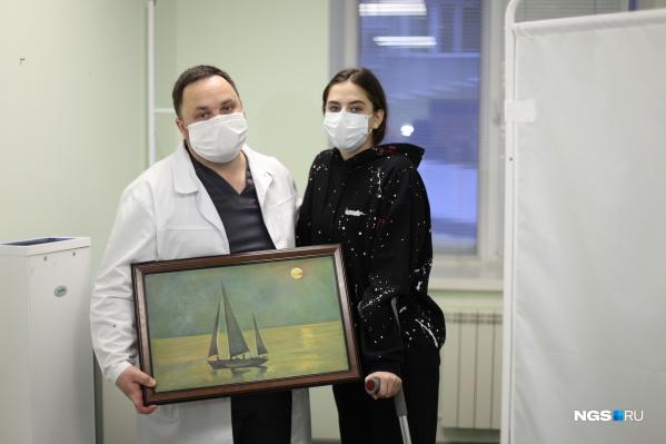 Кристина и ее мама подарили врачу картину, написанную 85-летним дедушкой Кристины — профессиональным художником