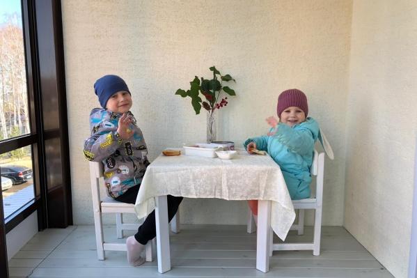 Родители устраивают малышам обед прямо на балконах