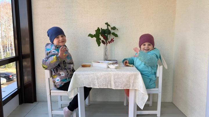 Рисунки на ламинате вместо асфальта и ресторан на балконе: как переживают карантин дети