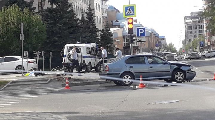 Полицейский УАЗик и SKODA столкнулись на перекрёстке в центре Тюмени