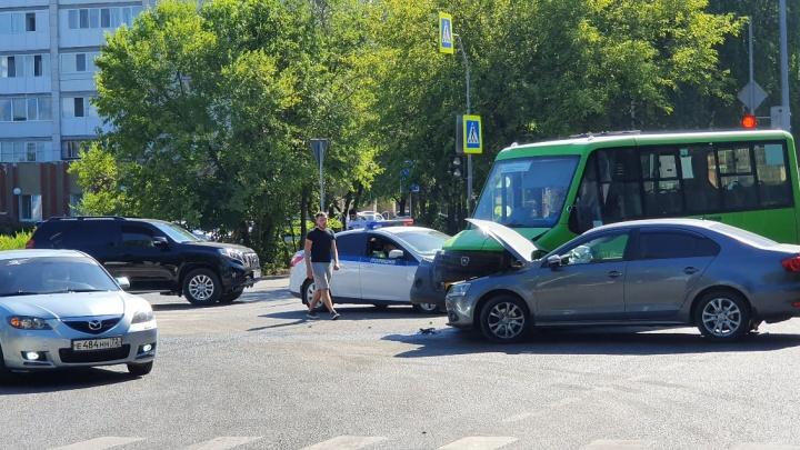На улице Дружбы в ДТП попала маршрутка, трое пострадавших