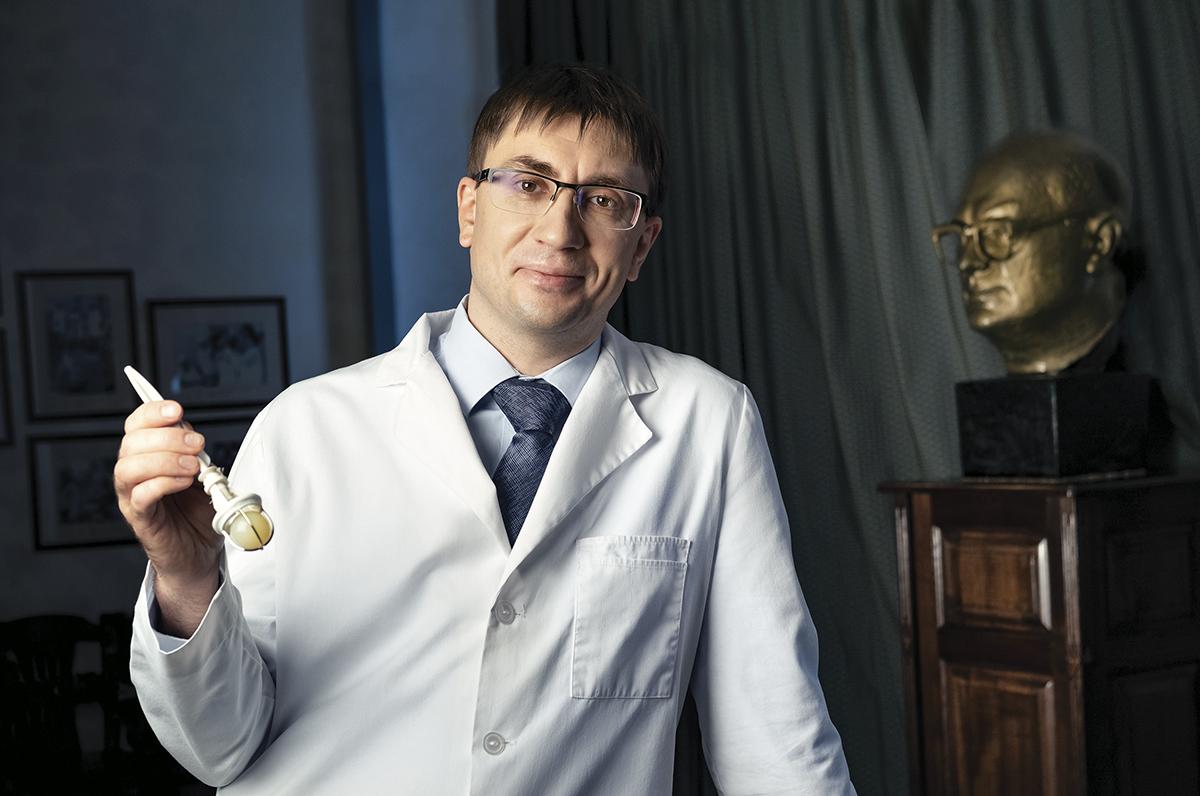 Александр Богачев-Прокофьев работает в медицине 18 лет.Шар клапана, который в руках у доктора, выполнен из силикона. Такие протезы до сих пор используются в некоторых операциях