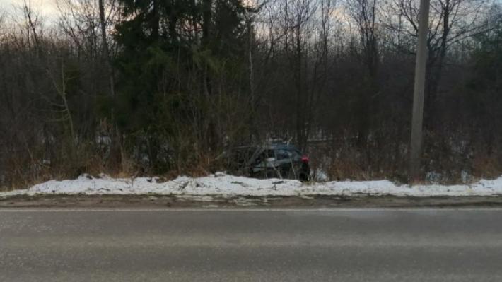 В Котласе съехал в кювет автомобиль Hyundai: в аварии пострадали два пассажира