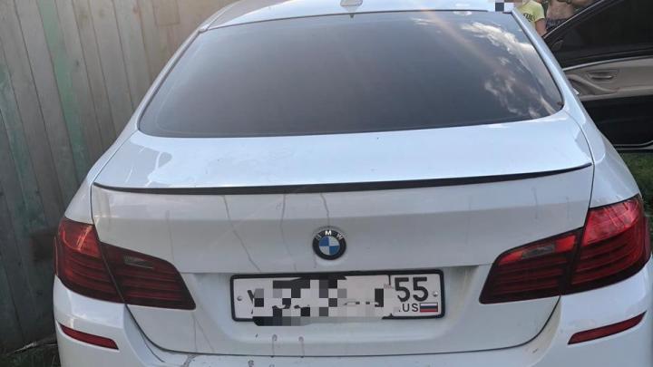 В Омске пьяный водитель на BMW протаранил забор частного дома