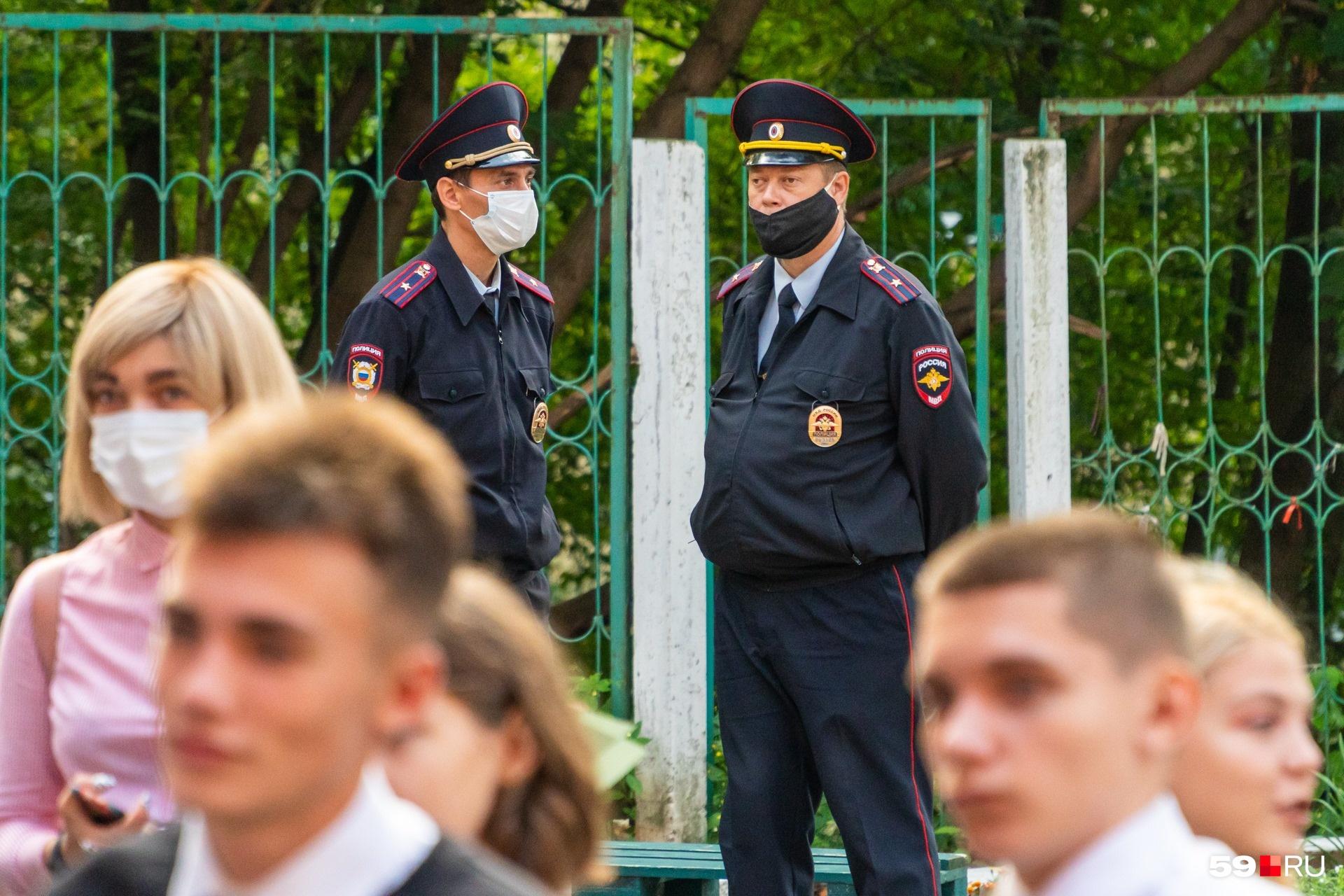 В Перми масочный режим соблюдают родители и стражи порядка. А дети — нет