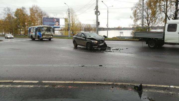 На перекрестке Набережной с улицей Урицкого столкнулись две легковушки