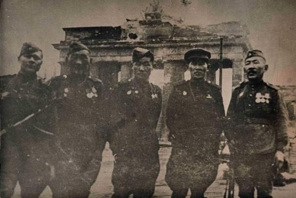 В семье сибиряков хранится редчайшее фото — их дед у разрушенных Бранденбургских ворот 9 мая 1945-го