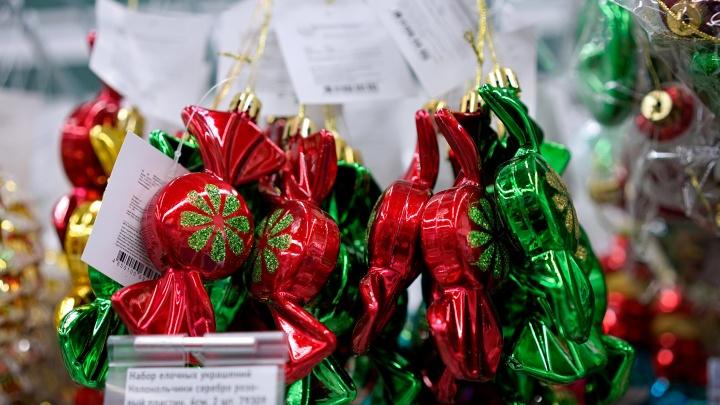 Омское правительство покупает новогодние подарки для детей. Рассказываем, что в них будет
