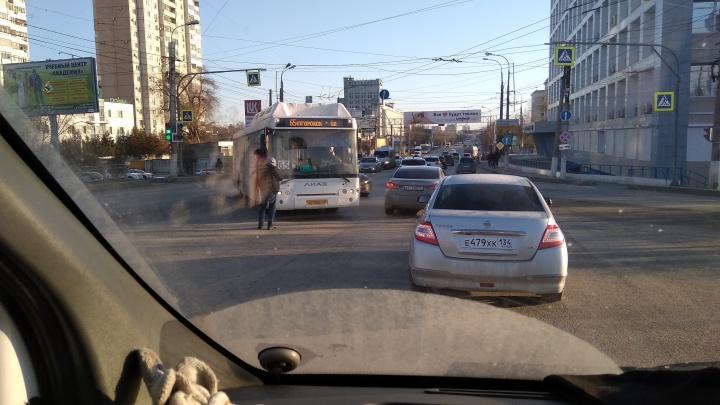 Не поделили дорогу на повороте: в Волгограде столкнувшиеся автобус и легковушка собрали длинную пробку