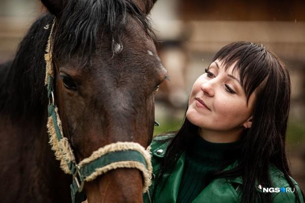 Ирина Парпура и лошадь Фантастика. Девушка описывает её так: «Фантастика как настоящая женщина: она любит себя накручивать. Вроде бы такая изящная и женственная, прекрасная лошадка, но она как накрутит себя, наистерится. А потом сядет и думает: «Господи, что же я психовала, всё не так, как мне казалось»