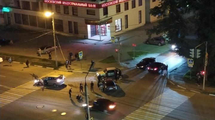 Лобовое ДТП на проспекте Толбухина: человека вытаскивали из разбитой машины