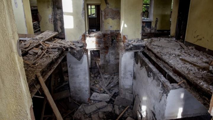 «От неё одни несчастья»: в Ярославле за семь лет полностью сгнила заброшенная школа