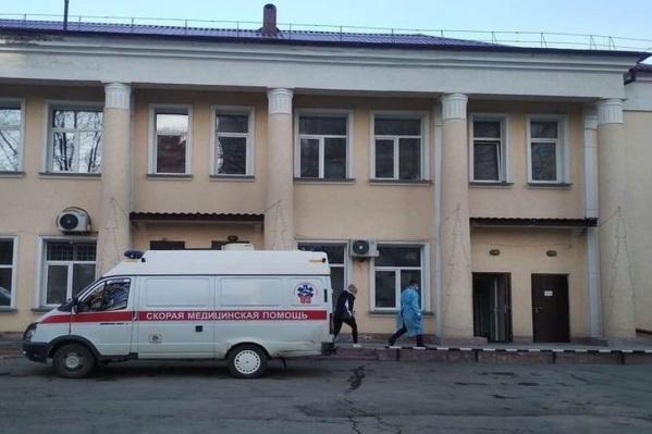 В инфекционной больнице №1 женщина пролежала около двух недель, в том числе на аппарате ИВЛ