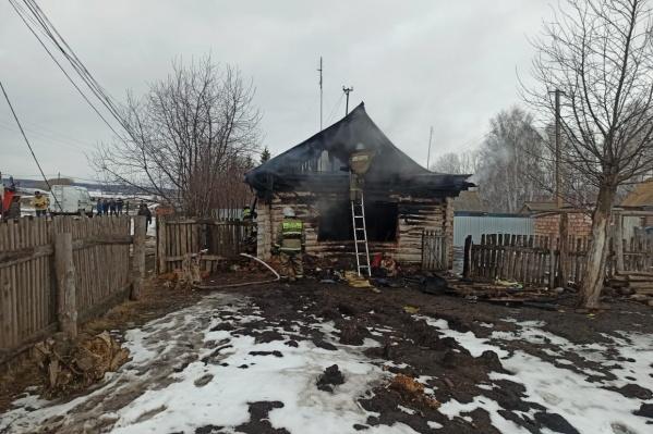 Пламя разыгралось в бревенчатом доме площадью 42 квадрата
