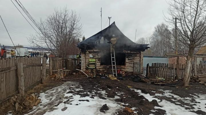 На месте пожара в Башкирии, где погиб ребенок, работают следователи