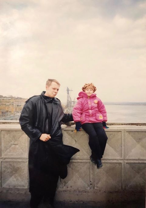 —&nbsp;Такие кожаные плащи были на пике моды в 90-е, — написала нам читательница.&nbsp;<br>Само фото сделано в 1997 году