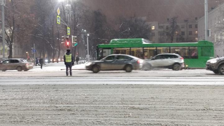 Из-за непогоды в Екатеринбурге за день произошло больше ста аварий