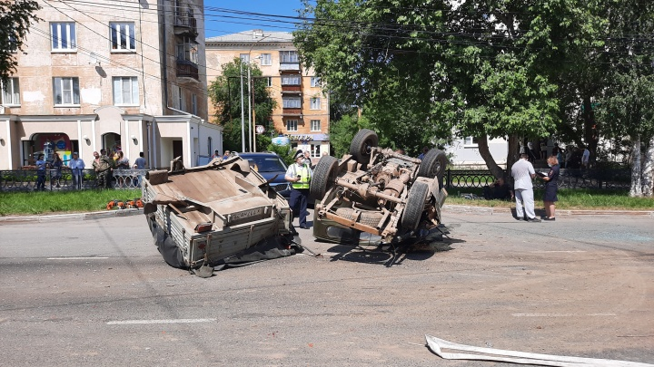 В Нижнем Тагиле после столкновения перевернулся УАЗ. Его пассажиров госпитализировали