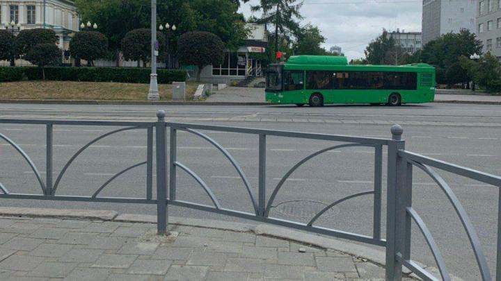 У главпочтамта перекрыли забором «народный» пешеходный переход. В марте его обещали легализовать