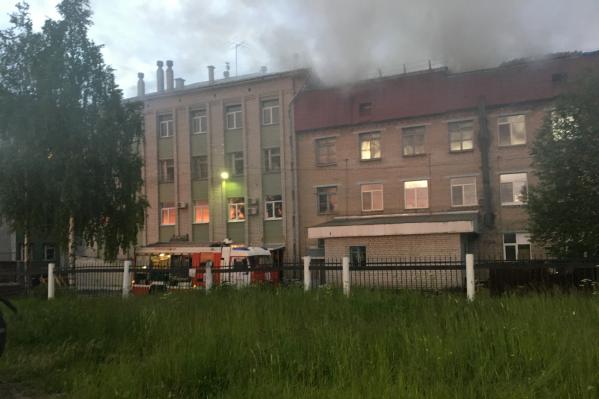 На тушение пожара выезжали 8 единиц техники и 22 спасателя