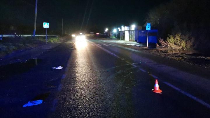 В Калининском районе иномарка сбила мужчину около пешеходного перехода — он погиб на месте