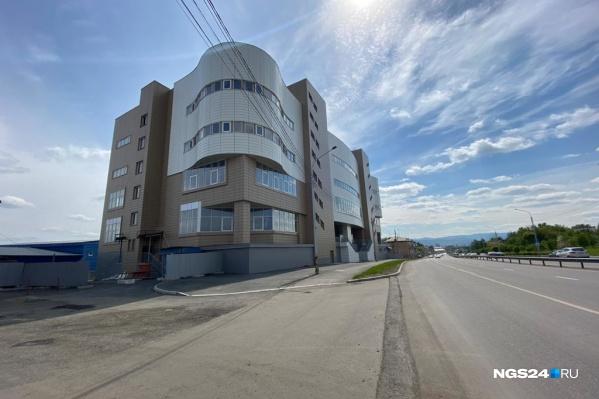 Здание изначально планировалось под магазин и офис «Эльдорадо»