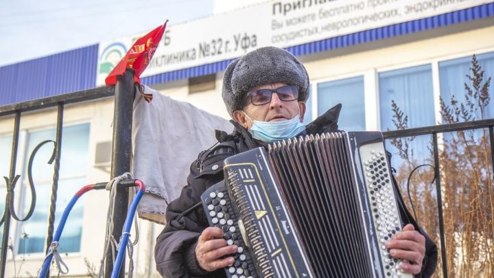 Баянист, который ради сирот играл на морозе, рассказал, как потратил заработанные 180 тысяч рублей