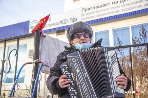 Юрий Иванович развлекает публику на остановке «ВАЗ» игрой на баяне и песнями