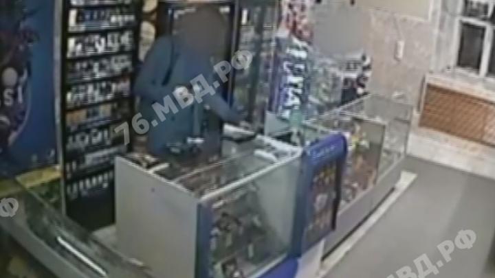 «Нужны были деньги»: посетитель с ножом ограбил магазин в центре Ярославля. Видео
