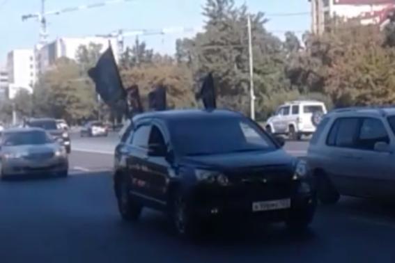 Сто автомобилей проехались колонной по Новосибирску — рассказываем, что происходит