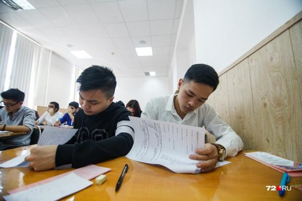 Стоимость обучения на платном отделении в вузах пока еще на согласовании и появится на сайтах учебных заведений ближе к концу июня