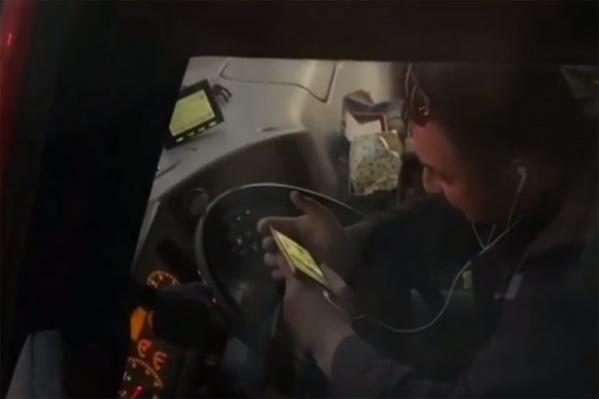 Смотреть в телефон мужчине было интереснее, чем на дорогу