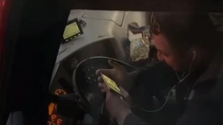 «Маршрутчик восьмидесятого уровня»: в Ярославле водитель во время движения смотрел видео на телефоне
