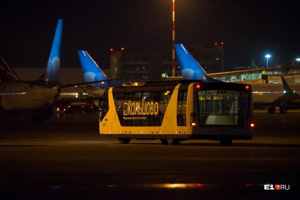 После того как самолет проверят, пассажиры отправятся дальше — в Хабаровск