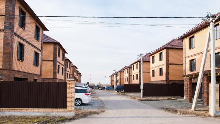 В коттеджном поселке дома с участками в 450 квадратов продают дешевле трёшек