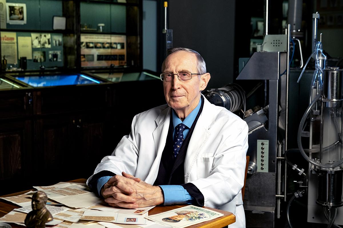 Профессор центра высшего и дополнительного профессионального образования, доктор медицинских наук Владимир Ломиворотов. Стаж работы в здравоохранении — 51 год. На фото — с телеграммами для Евгения Мешалкина